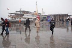 Mensen die bij de Sneeuw proberen te lopen Royalty-vrije Stock Foto's