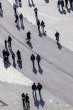 Mensen die bij de straat lopen Royalty-vrije Stock Foto