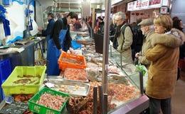 Mensen die bij de vissenmarkt winkelen in Nantes, Frankrijk stock foto