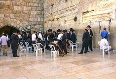 Mensen die bij de Westelijke Muur bidden Stock Afbeelding