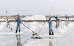 Mensen die bij de zoute gebieden van Hon Khoi in Nha Trang, Vietnam werken Royalty-vrije Stock Afbeeldingen