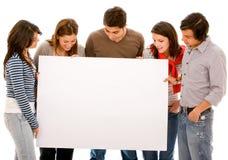 Mensen die bij een banneradvertentie staren Royalty-vrije Stock Fotografie