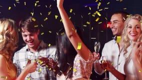 Mensen die bij een club partying stock footage