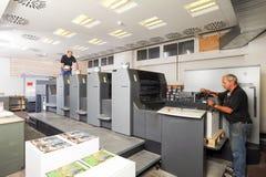 Mensen die bij een machine van de compensatiedruk werken Royalty-vrije Stock Foto's