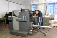 Mensen die bij een machine van de compensatiedruk werken Royalty-vrije Stock Afbeelding