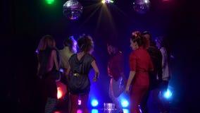 Mensen die bij een nachtclub met disco het gloeien stroboscooplichten dansen die een partij met vriend vieren Rook achtergrond la stock videobeelden