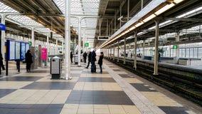 Mensen die bij een trainstation in Amsterdam wachten royalty-vrije stock fotografie