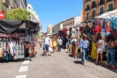 Mensen die bij Gr Rastro, de populairste openluchtmarkt in Madrid winkelen stock foto