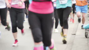Mensen die bij halve Marathongebeurtenis lopen stock footage