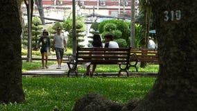 Mensen die bij het park in Mekong Delta, Vietnam ontspannen stock video