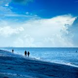 Mensen die bij het strand lopen Royalty-vrije Stock Foto