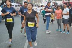 Mensen die bij Hyderabad 10K Looppasgebeurtenis lopen, India Royalty-vrije Stock Fotografie