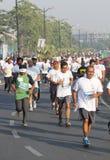Mensen die bij Hyderabad 10K Looppasgebeurtenis lopen, India Stock Foto's