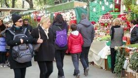 Mensen die bij Kerstmismarkt lopen stock videobeelden