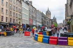Mensen die bij Koninklijke Mijl Edinburgh met barricade voor voertuigen winkelen stock foto's