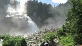 Mensen die bij Krimml-Watervallen zitten Gevestigd bij Krimmler Achental - de vallei van Krimml Achen in Oostenrijk stock video