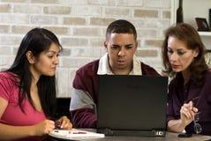 Mensen die bij laptop werken Stock Foto