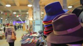 Mensen die bij lokale markt winkelen, kiezend kleding en toebehoren op verkoop stock footage