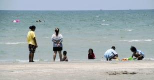 Mensen die bij manaostrand ontspannen in Thailand Stock Foto's
