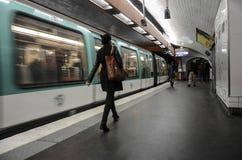 Mensen die bij metro post, Parijs lopen Stock Fotografie