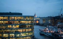 Mensen die bij nacht in Londen werken Royalty-vrije Stock Afbeeldingen
