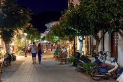 Mensen die bij nachtstraat lopen van Paleochora-stad op het eiland van Kreta, Griekenland Royalty-vrije Stock Foto