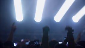 Mensen die bij overleg, klaphanden het dansen partying, die foto's met smartphones nemen stock video