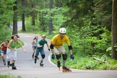 Mensen die bij park schaatsen Stock Foto