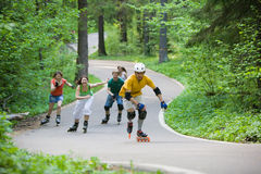 Mensen die bij park schaatsen Royalty-vrije Stock Afbeeldingen