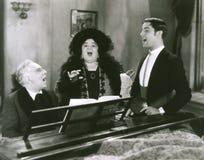 Mensen die bij piano zingen Royalty-vrije Stock Fotografie