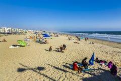 Mensen die bij Redondo-Strand in Los Angeles ontspannen Stock Foto's