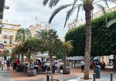 Mensen die bij stoepkoffie zitten van de stad van Alicante spanje stock foto's