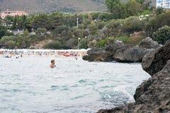 Mensen die bij strand genieten van Royalty-vrije Stock Afbeelding