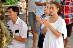 Mensen die bij Thais-Chinese Tempel bidden Stock Afbeeldingen