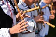 Mensen die bij traditionele houten fluiten zingen royalty-vrije stock foto's