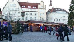 Mensen die bij Traditionele Kerstmismarkt lopen in de oude stad van Tallinn stock video