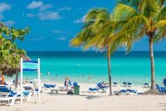 Mensen die bij Varadero strand in Cuba zonnebaden Stock Foto's