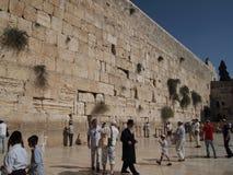 Mensen die bij Westelijke Muur bidden Stock Afbeeldingen