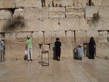 Mensen die bij Westelijke Muur bidden Royalty-vrije Stock Foto's