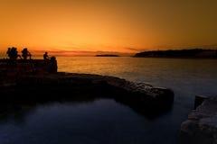 Mensen die bij zonsondergang vissen royalty-vrije stock afbeelding