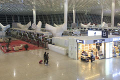 Mensen die binnen de Internationale Luchthaven van Shenzhen Bao'an in Guandong, China lopen Stock Foto