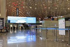 Mensen die binnen de Internationale Luchthaven van Shenzhen Bao'an in Guandong, China lopen Stock Fotografie