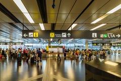 Mensen die binnen de Terminal van de Internationale Luchthaven van Wenen lopen stock afbeelding
