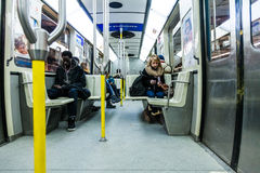 Mensen die binnen Metro van Montreal texting Royalty-vrije Stock Foto