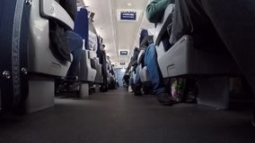 Mensen die binnen trein in hoge snelheid reizen Kiev, de Oekraïne, 16 Oktober, 2017 De trein die van de scènebinnenkant in hoge s stock videobeelden