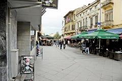 Mensen die in Bitola rondwandelen Stock Foto's
