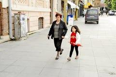 Mensen die in Bitola rondwandelen Royalty-vrije Stock Foto