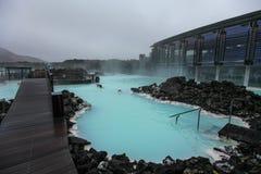 Mensen die in Blauwe Lagune in IJsland baden stock foto