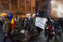 Mensen die in Boekarest tegen de overheid protesteren Stock Afbeelding