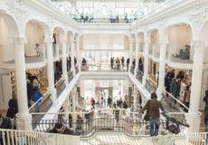 Mensen die boeken kopen van wandelgalerijbibliotheek Carturesti, Boekarest Stock Afbeelding